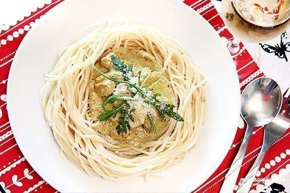 Špagety s pesto omáčkou a kuracím mäsom