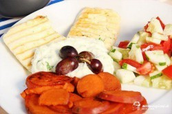 Grilovaný syr haloumi s batátmi a tzatziki
