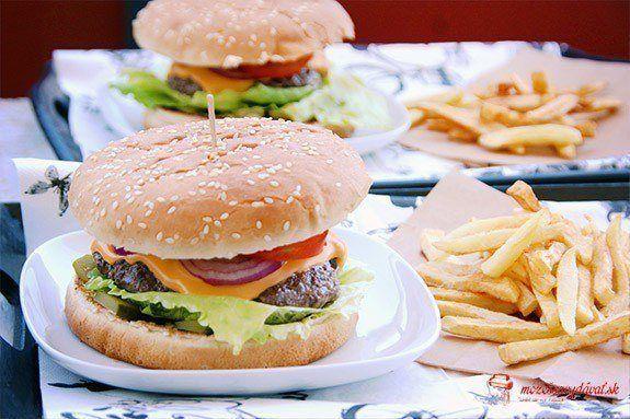 Hovädzí burger s hranolčekmi