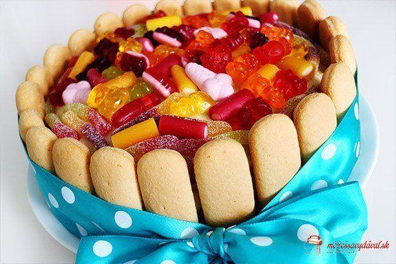 Detská torta s gumovými cukríkmi a piškótami