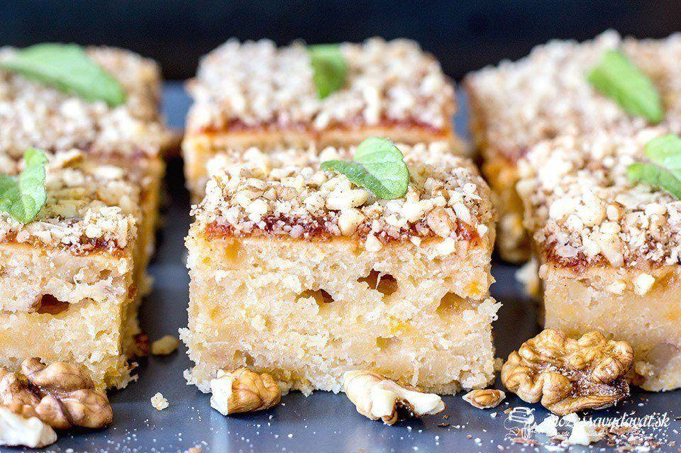 Šťavnatý marhuľovo-orechový koláč z kompótu