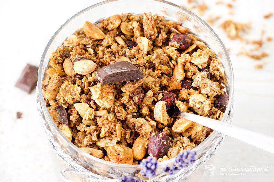 Granola s orieškami a čokoládou