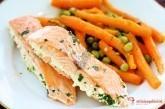 Smotanový losos na bylinkách s baby zeleninou