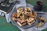 Šťavnatý koláč s ríbezľami a marcipánom